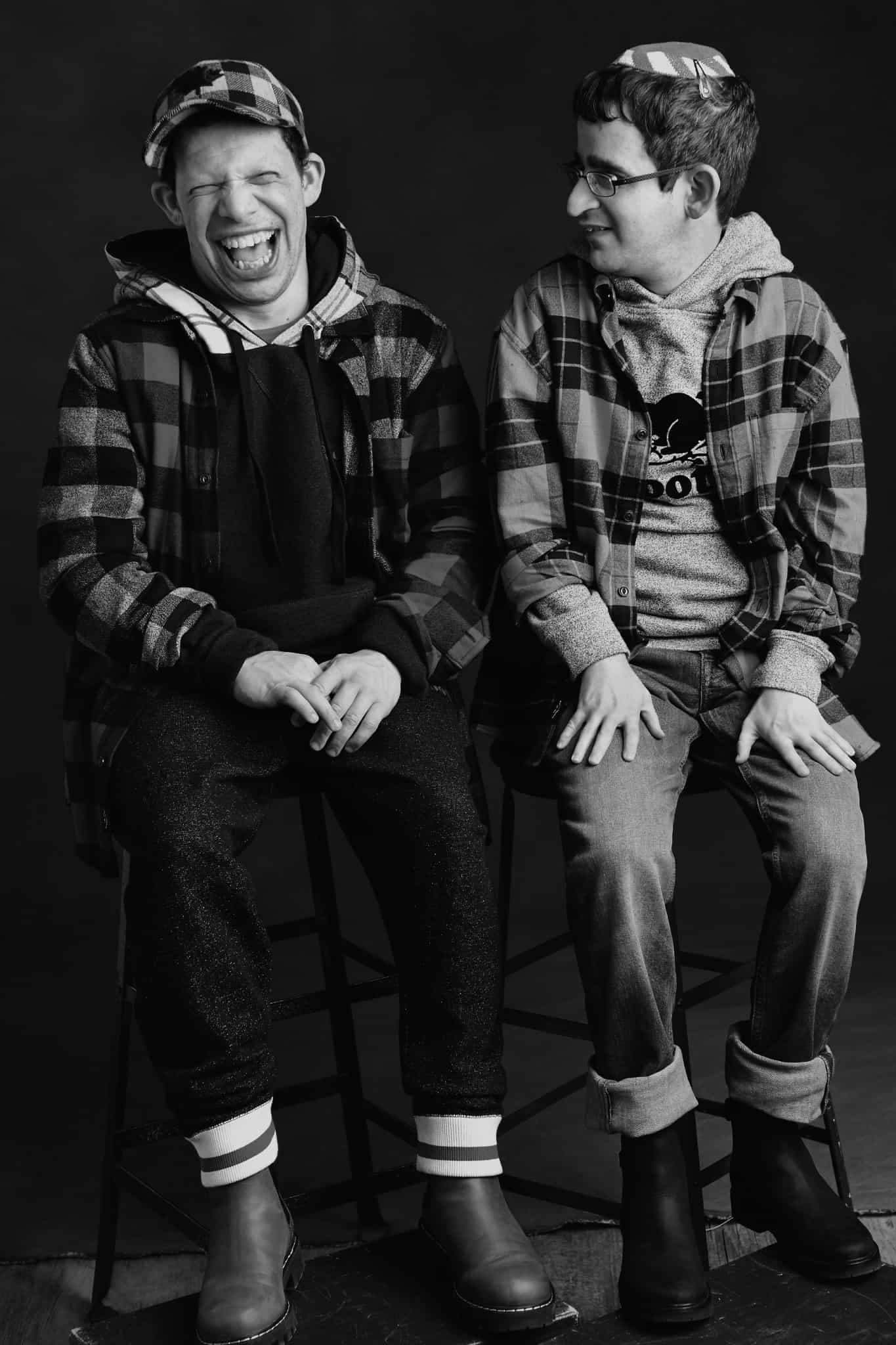 דניאל (משמאל) ודני עושים פוזות למצלמה (צילום: Barbara Stoneham/courtesy of Roots)