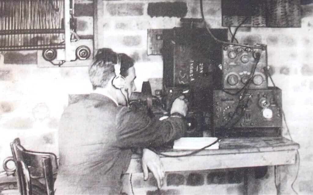 מאזין חשאי מקשיב לשיחות של שבויי מלחמה גרמנים (צילום: באדיבות הלן פריי)