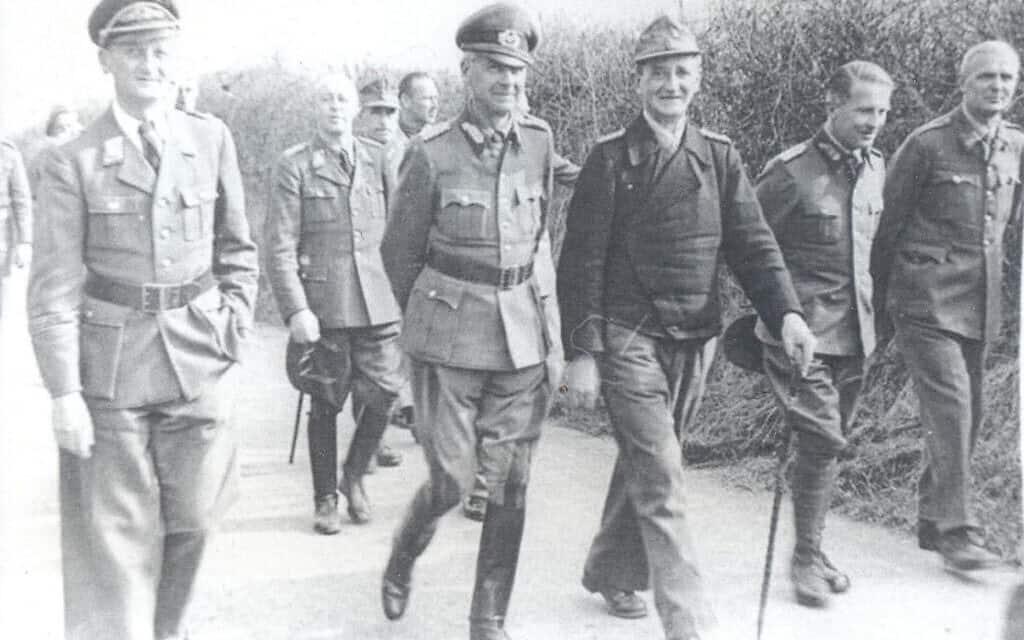 גנרלים גרמנים הולכים בשטח פארק טרנט (צילום: באדיבות הלן פריי)