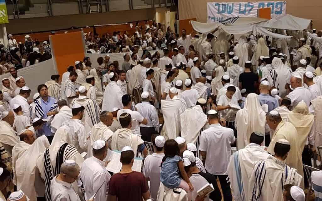 ישראלים חילוניים ודתיים בתפילות הנעילה של יום כיפור במרכז הקהילה בקריית אונו (צילום: באדיבות צוהר)