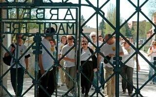 שורדת השואה רוז פרייס, במרכז, היא הראשונה לגשת לעשרי מחנה דכאו ב-March of Life הראשון, ב-2007 (צילום: Courtesy)