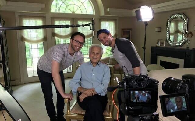 הרברט גילדין ושניים מנכדיו, טיילר גילדין, מימין, ואלכס אוטיי. אוטיי הפיק את הסרט (צילום: באדיבות טיילר גילדין)