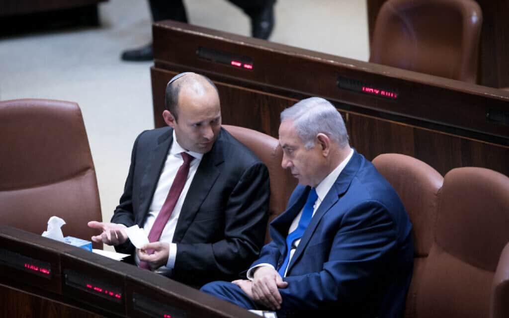 בנימין נתניהו ונפתלי בנט סביב שולחן הממשלה במליאת הכנסת, 12 במרץ 2018 (צילום: מרים אלסטר, פלאש 90)