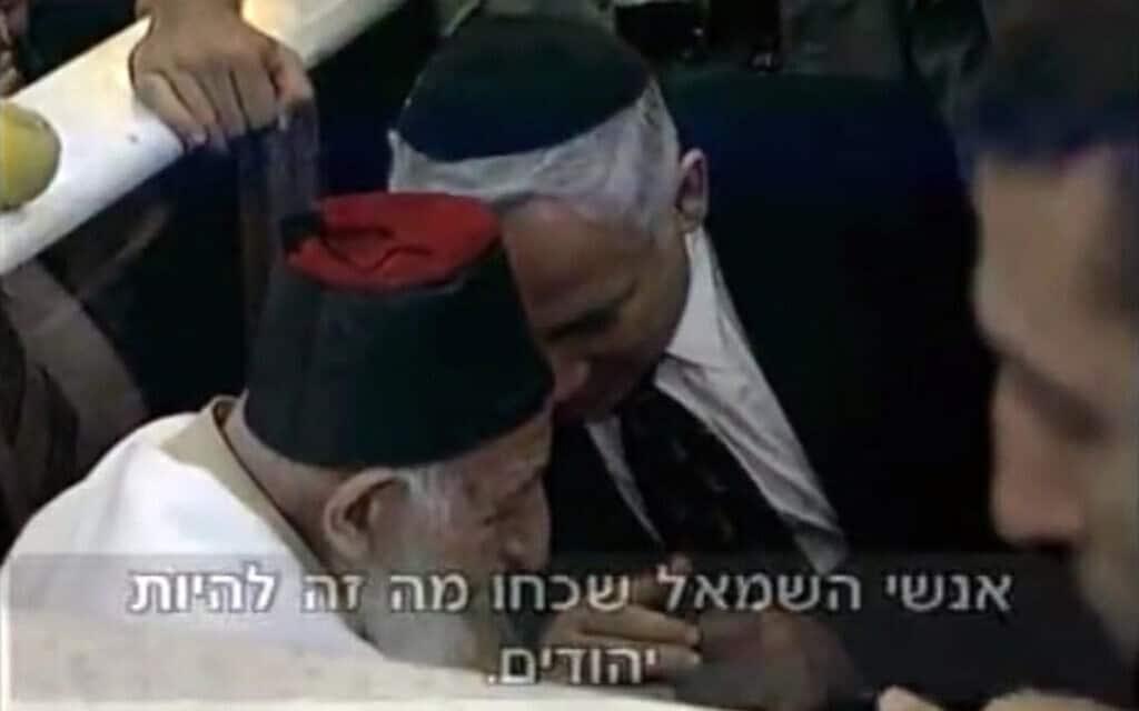 בנימין נתניהו לוחש לרב כדורי, ״השמאל שכח מה זה להיות יהודים״, ב-21 באוקטובר 1997 (צילום: צילום מווידאו)