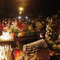 אבלים מתאספים סביב ארונותיהם של תומכי מוראלס שנהרגו בעימותים מול כוחות הביטחון (צילום: Juan Karita, AP)