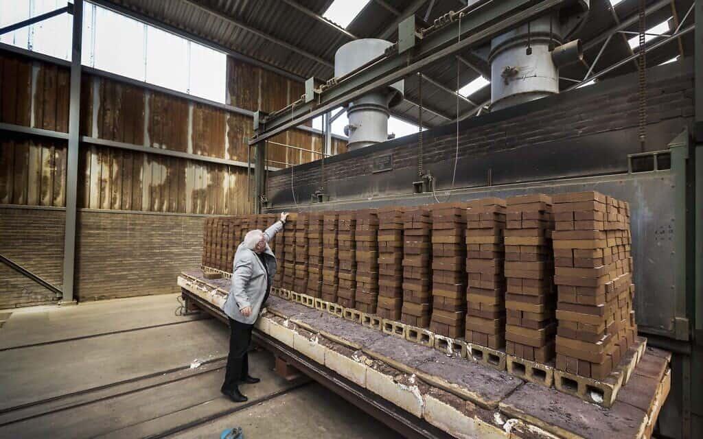 חלק מהלבנים שירכיבו את אנדרטת השואה החדשה בהולנד (צילום: Marcel Molle/Dutch Auschwitz Committee)