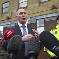 נציג של תחנת משטרת אסקס משוחח עם עיתונאים, ימים ספורים לאחר מציאת גופותיהם של 39 מהגרים במשאית בגרייס, מזרחית ללונדון (צילום: Victoria Jones/PA via AP)