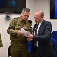 """שר הביטחון בנט והרמטכ""""ל כוכבי. (צילום: צילום: אריאל חרמוני, משרד הביטחון.)"""