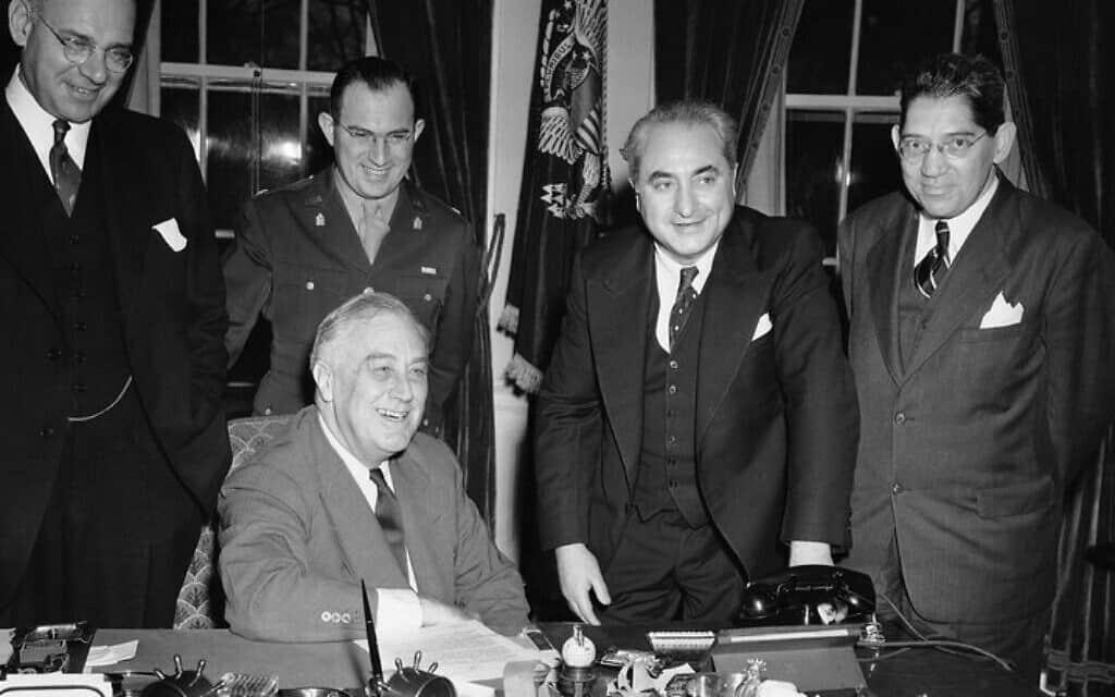 נשיא ארצות הברית פרנקלין ד' רוזוולט בפגישה עם ועד הרווחה היהודי הלאומי (משמאל לימין) – וולטר רוטשילד, אריה לב, ברנט בריקנר ולואיס קראפט – בבית הלבן ב-8 בנובמבר 1943 (צילום: צילום: רשות הציבור)