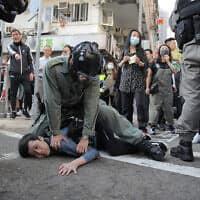 מעצר אלים של מפגין במהומות בהונג-קונג (צילום: AP Photo/Kin Cheung)