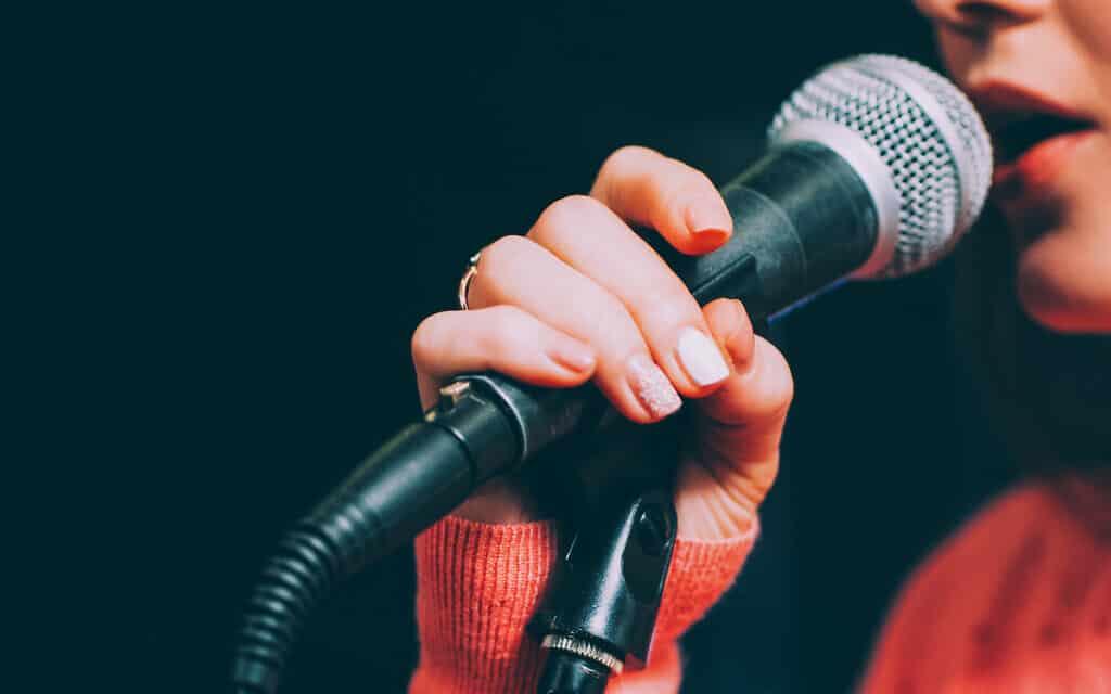 זמרת שרה. אילוסטרציה (צילום: golubovy/iStock)