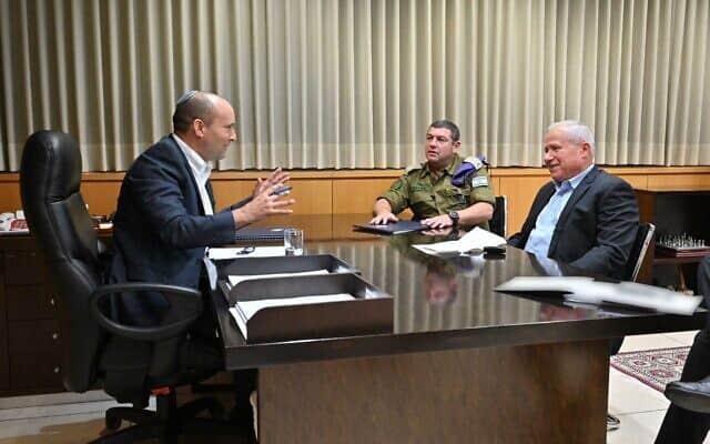 שר הביטחון נפתלי בנט וסגנו אבי דיכטר בפגישת עבודה ראשונה (צילום: אריאל חרמוני, משרד הביטחון)