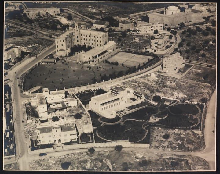 ירושלים במבט על, בסוף שנות ה-30 של המאה הקודמת. במרכז – וילה שוקן, ומשמאלה בית אגיון, לימים מעון ראש הממשלה בבלפור (צילום: זולטן קלוגר/הספרייה הלאומית)