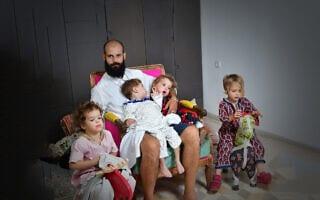 גיל יהושוע עם ארבעת ילדיו (צילום: רפי קוץ)