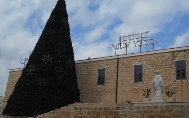 עץ אשוח בעיר העתיקה בשפרעם. חגיגות הכריסמס נדחו בכמה ימים בעקבות האבל של המשפחה המוסלמית