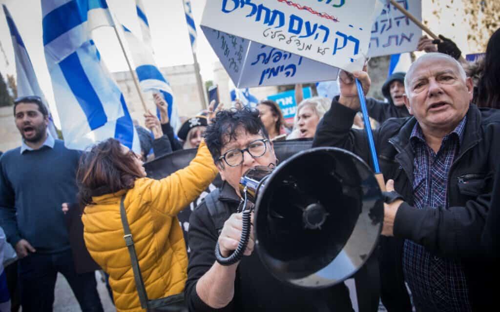 הפגנת תמיכה בנתניהו בסמוך לבית המשפט העליון, היום (צילום: יונתן זינדל, פלאש 90)