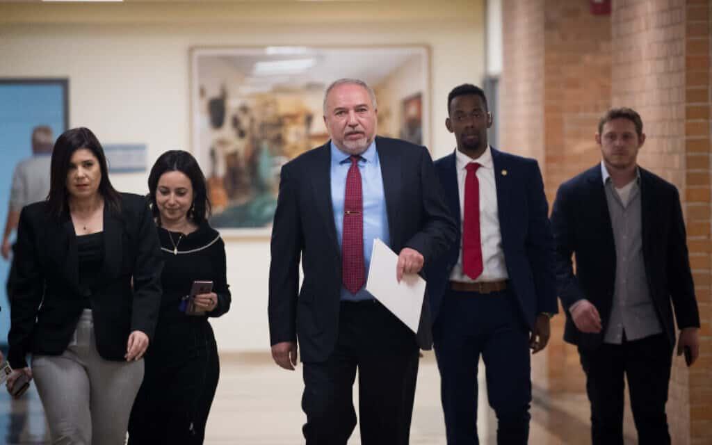 ליברמן מגיע למסיבת עיתונאים בכנסת (צילום: יונתן סינדל / פלאש 90)