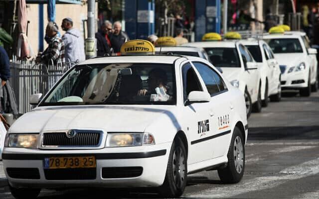מוניות מחכות לנוסעים מחוץ לתחנה המרכזית בירושלים (צילום: קובי גדעון / פלאש 90)