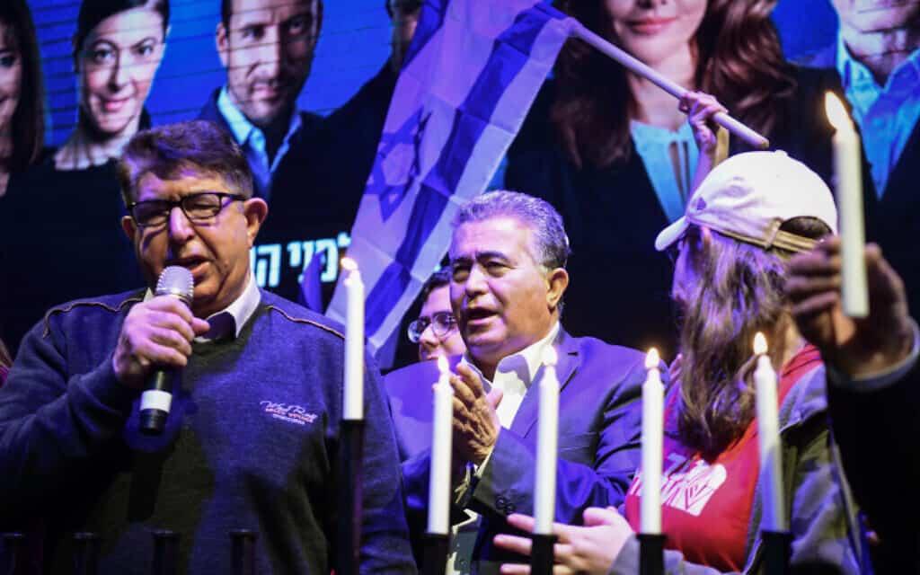 עמיר פרץ בהדלקת נרות חנוכה בוועידת מפלגת העבודה בראשון לציון, הערב (צילום: פלאש 90)