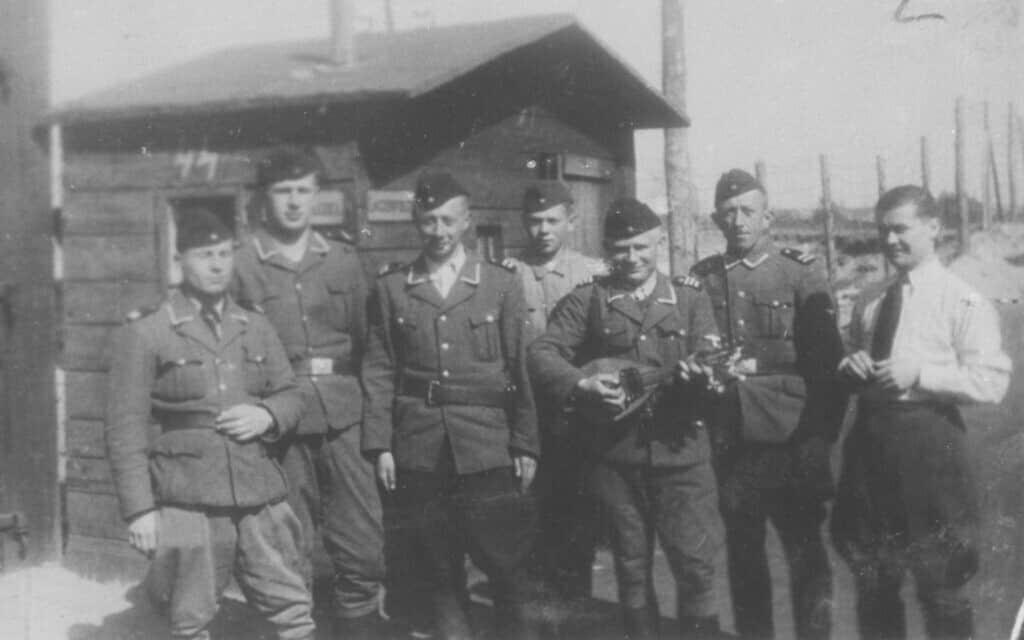 """תמונה קבוצתית של סוהרים  ממוצא אתני גרמני במחנה הריכוז בלז'ץ, שאחד מהם מנגן במנדולינה. הגרמנים האתניים האלה שירתו כקצינים ביחידת השמירה טרווינקי במחנה הריכוז בלז'ץ (צילום: באדיבות מוזיאון ארה""""ב לחקר השואה)"""