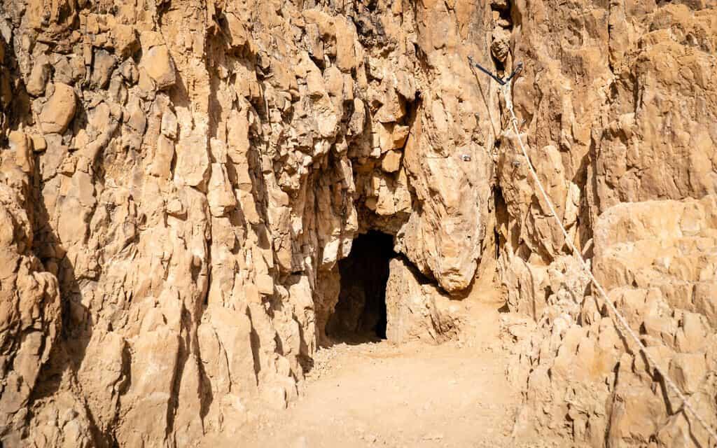 פתח מערה 52 שנחפרה לאחרונה באתר הארכיאולוגי בקומראן, כ-200 מטרים מעל ים המלח, 22 בינואר 2019 (צילום: לוק טרס/Times of Israel)