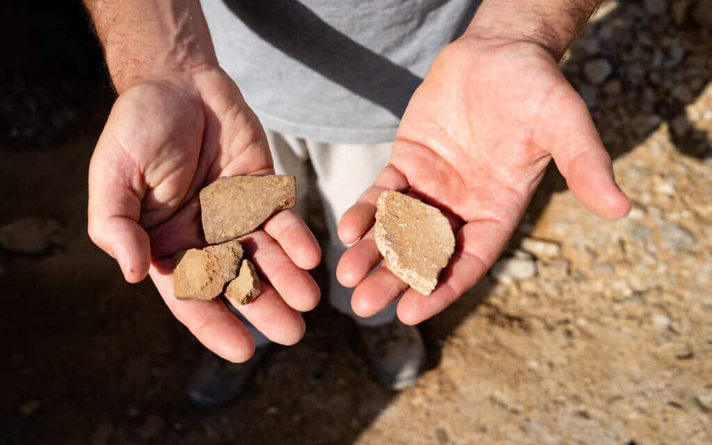 שברי חרס עתיקים שנמצאו מחוץ למערה בקומראן, מעל ים המלח. החרסים משמאל הם בני כ-2,000 שנה, החרס מימין הוא בן אלפי שנים, 22 בינואר 2019 (צילום: לוק טרס/Times of Israel)