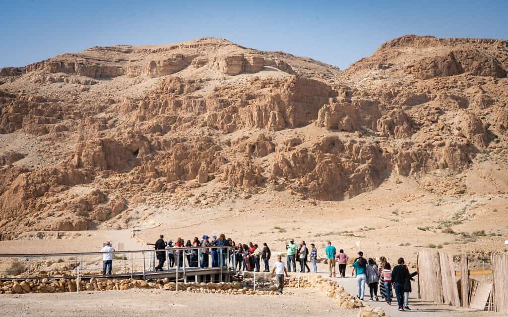 מבקרים בקומראן (צילום: Luke Tress/Times of Israe)