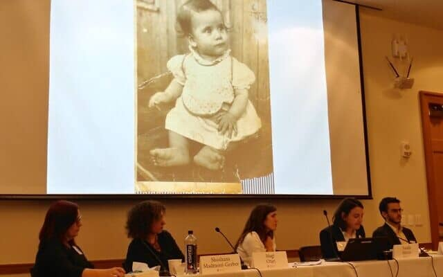תמונתה של התינוקת דליה מוצגת בכנס (צילום: Rich Tenorio)