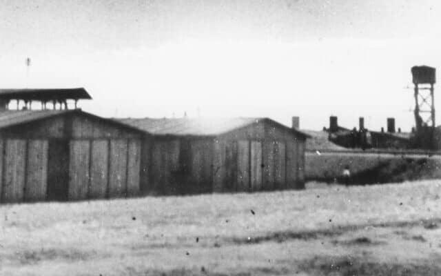 """שני צריפים ומגדל מים במבט על מחנה האימונים בטרווניקי. טרווניקי היה הן שמו של מחנה האימונים של האס-אס והן שמה של היחידה. המחנה הוקם בסמוך לכפר טרווניקי, כ-30 ק""""מ מלובלין (צילום: באדיבות מוזיאון ארה""""ב לחקר השואה)"""
