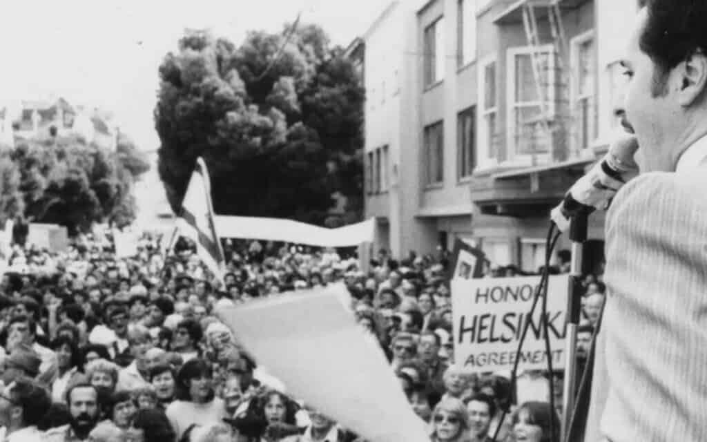מורי שפירא מדבר בעצרת מחוץ לבניין הקונסוליה של ברית המועצות בסן פרנסיסקו (צילום: באדיבות החברה ההיסטורית היהודית-אמריקאית)
