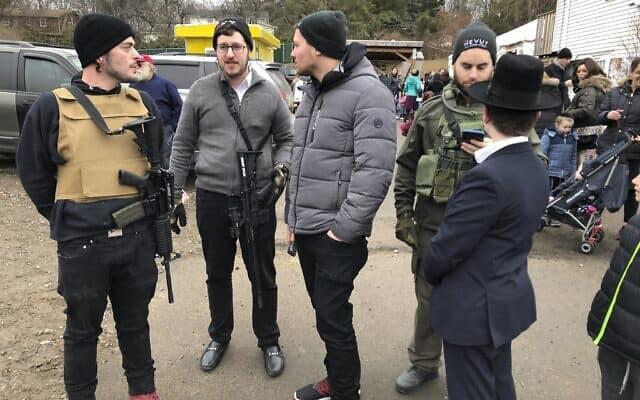 יהודים חשודים לאחר הפיגוע במונסי (צילום: AP Photo/Ted Shaffrey)