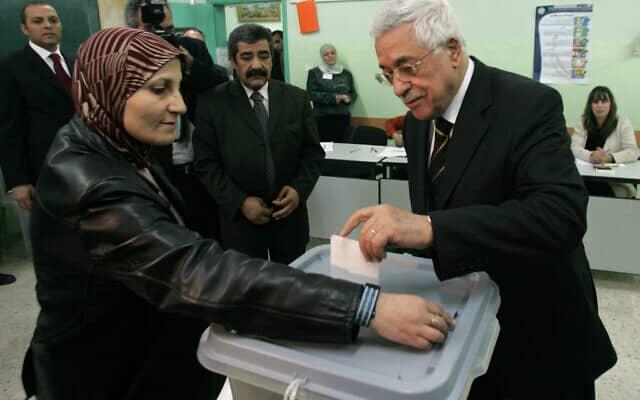 מחמוד עבאס מצביע בבחירות שנערכו ברמאללה ב-2005 (צילום: AP Photo/Muhammed Muheisen)