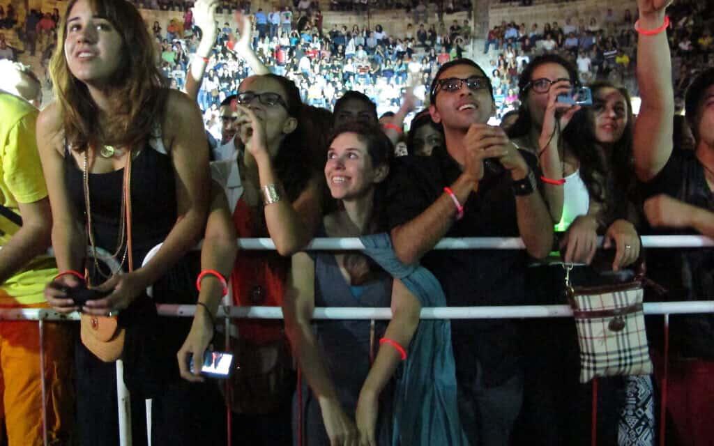 צופים בהופעה של משרוע לילה בירדן (צילום: AP Photo/Diaa Hadid, File)