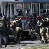כוחות משטרה צ'כיים – ארכיון; למצולמים אין קשר לידיעה (צילום: Petr David Josek, AP)