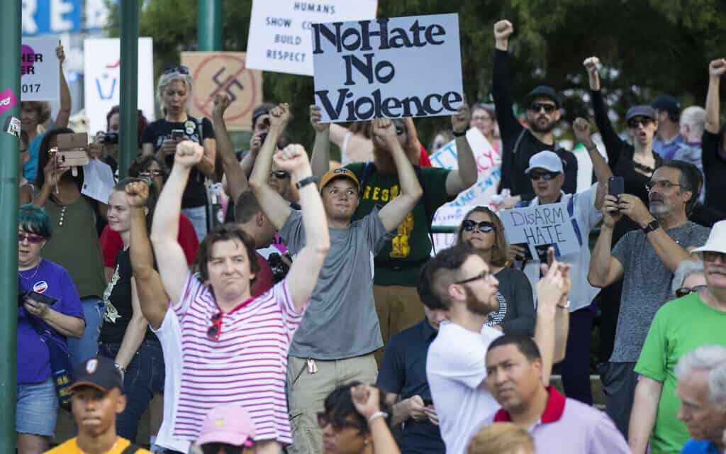 הפגנה נגד תנועת העליונות הלבנה הגזענית באטלנטה, 2017, ארכיון (צילום: AP Photo/Todd Kirkland)