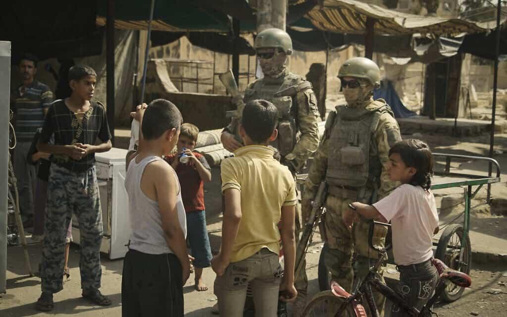חיילים רוסים פוגשים ילדים סוריים, ארכיון, 2017 (צילום: AP Photo, File)