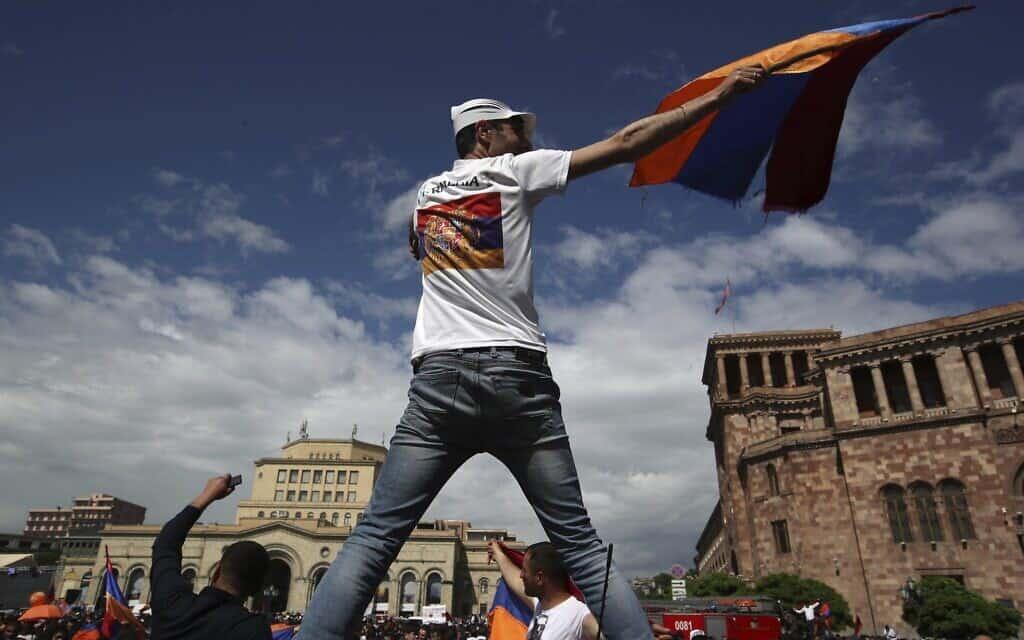 מפגינים במערכת הבחירות שנערכה בארמניה ב-2018, ארכיון (צילום: AP Photo/Thanassis Stavrakis)