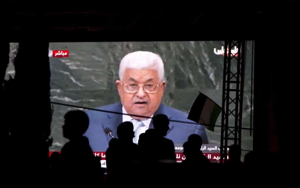 """פלסטינים צופים באבו-מאזן נואם באו""""ם, ארכיון (צילום: AP Photo/Majdi Mohammed)"""