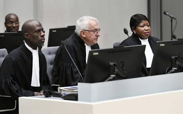 התובעת של בית המשפט הבינלאומי, פאטו בנסודה (מימין) וסגן התובע ג'יימס סטוארט, במרכז, בבית המשפט הבינלאומי בהאג, הולנד. בנובמבר 2018 (צילום: פירושקה ואן דה וו/מאגר/ AP)