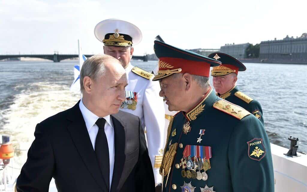 """ולדימיר פוטין מציין את """"יום הצי"""" הרוסי, עם שר ההגנה שלו ומפקד הצי, קיץ 2019 (צילום: Alexei Nikolsky, Sputnik, Kremlin Pool Photo via AP)"""