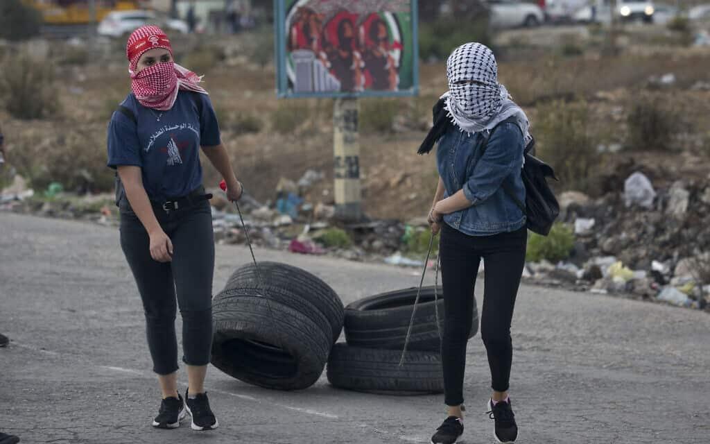 צעירות פלסטיניות נערכות להפגנה בעזה, נובמבר 2019 (צילום: AP Photo/Majdi Mohammed)