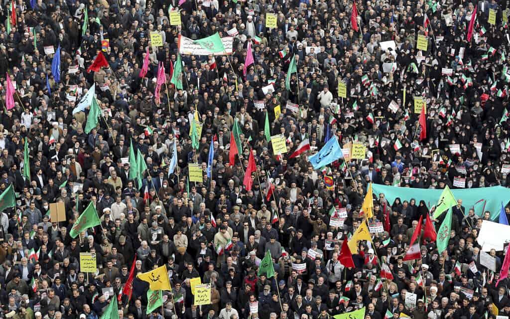 תומכי המשטר מפגינים באיראן (צילום: AP Photo/Ebrahim Noroozi)