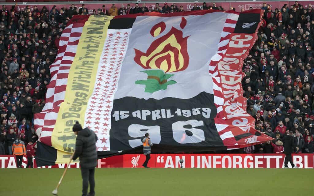 אוהדים במחווה ל-96 הרוגי אסון הילסבורו, במשחק בין ליברפול לברייטון ב-30 בנובמבר 2019 (צילום: AP Photo/Jon Super)