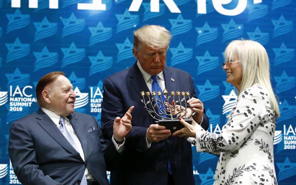 דונלד טראמפ עם מרים ושלדון אדלסון בכנס השנתי של ה-IAC, ב-7 בדצמבר 2019 (צילום: AP Photo/Patrick Semansky)
