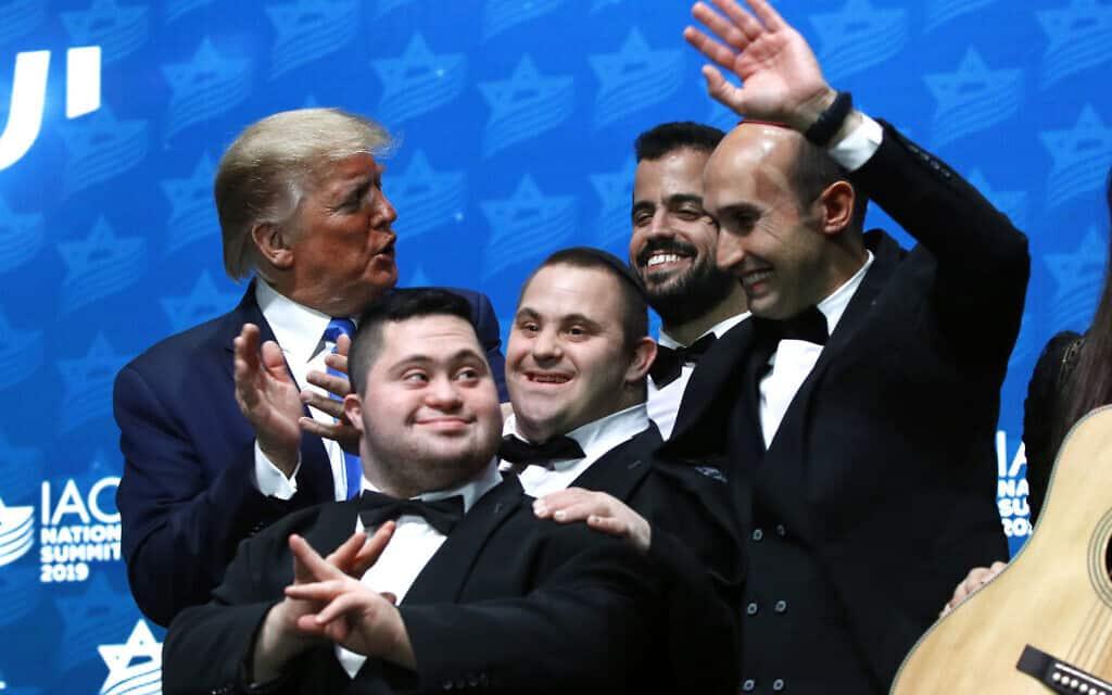 דונלד טראמפ ולהקת שלווה בכנס השנתי של ה-IAC, ב-7 בדצמבר 2019 (צילום: AP Photo/Patrick Semansky)