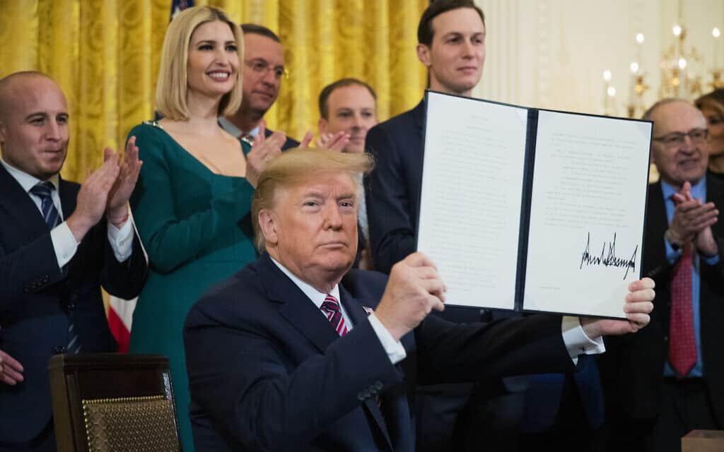 דונלד טראמפ חותם על צו נשיאותי למאבק באנטישמיות בבית הלבן, 11 בדצמבר 2019 (צילום: AP Photo/Manuel Balce Ceneta)