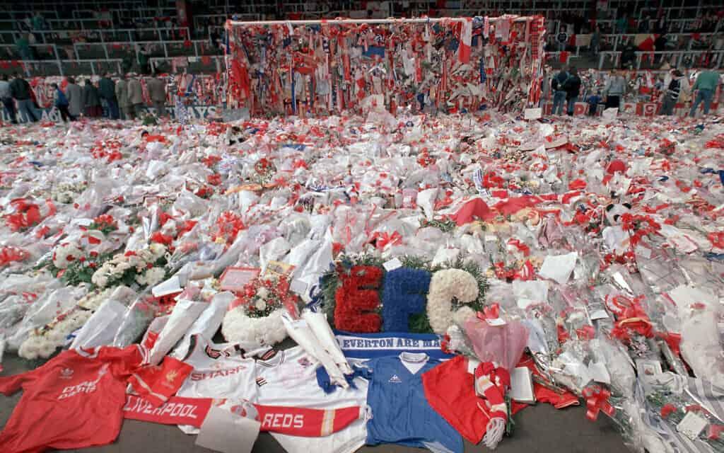 פרחים מונחים באצטדיון הילסבורו, יומיים אחרי האסון שגבה את חייהם של 96 אוהדי ליברפול, ב-15 באפריל 1989 (צילום: AP Photo/ Peter Kemp)