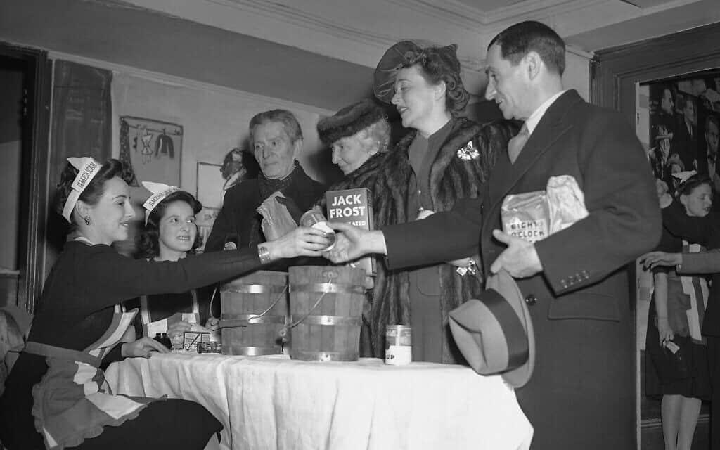 """משמאל לימין: מארי סטיבנסון ואלין ואן באלן, מארחת: מוריס גסט, מפיקה: רייצ'ל קרות'רס, מחזאית; ג'סי רויס לנדיס, שחקנית ואירווינג ברלין, פזמונאי, ב-Stage Door באירוע עבור חיילי צבא ארה""""ב, 28 בפברואר, 1942 (צילום: AP\ מרטי זימרמן)"""