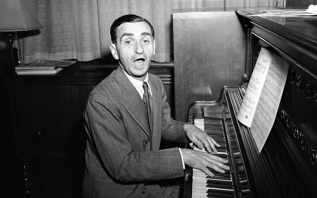 """Be Careful, It's My Heart"", הוא השיר שאירווינג ברלין שר במהלך ראיון במשרדו של ברלין בניו יורק, 16 ביולי, 1942 (צילום: (AP\ מוריי בקר)"