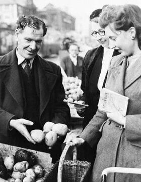 אישה בצפון לונדון מקבלת את קצבת תפוחי האדמה שלה, 10 בנובמבר 1947 (צילום: AP)